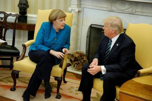 Трамп кинул в Меркель конфетами на саммите G7