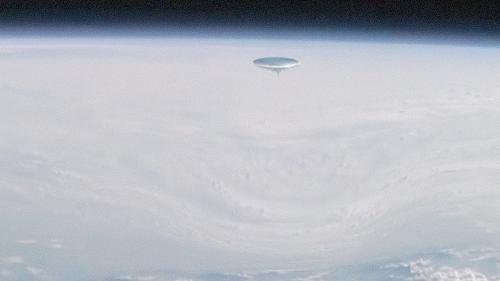 Массивный НЛО открыл рядом с МКС портал в иные миры