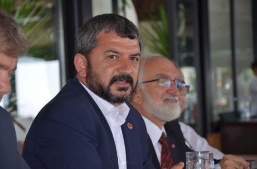 Турецкий кандидат в депутаты шокировал людей на пляже