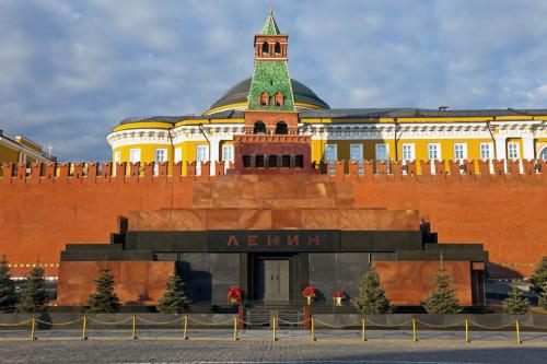 Тысячи туристов выстроились в километровую очередь ради встречи с Лениным