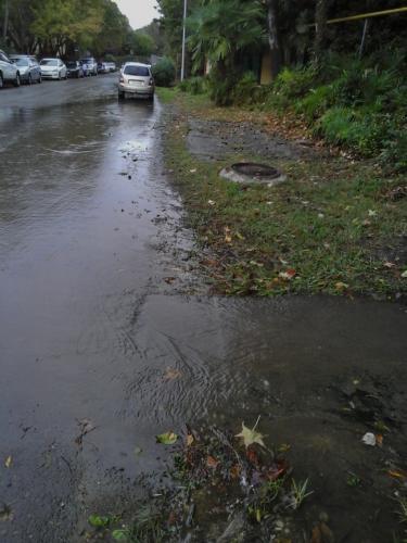 Вода из канализации течет по улицам Уфы