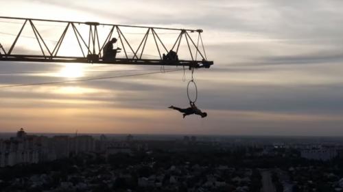 Трюки на высоте 100 метров демонстрировал воронежский экстремали