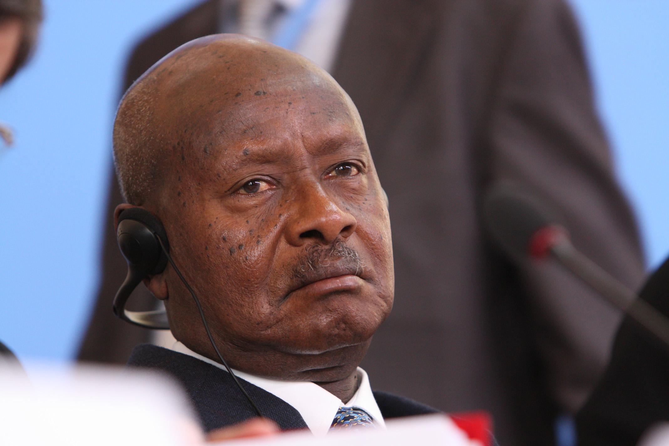 73-летний президент Уганды поддержал налог насоцсети имессенджеры