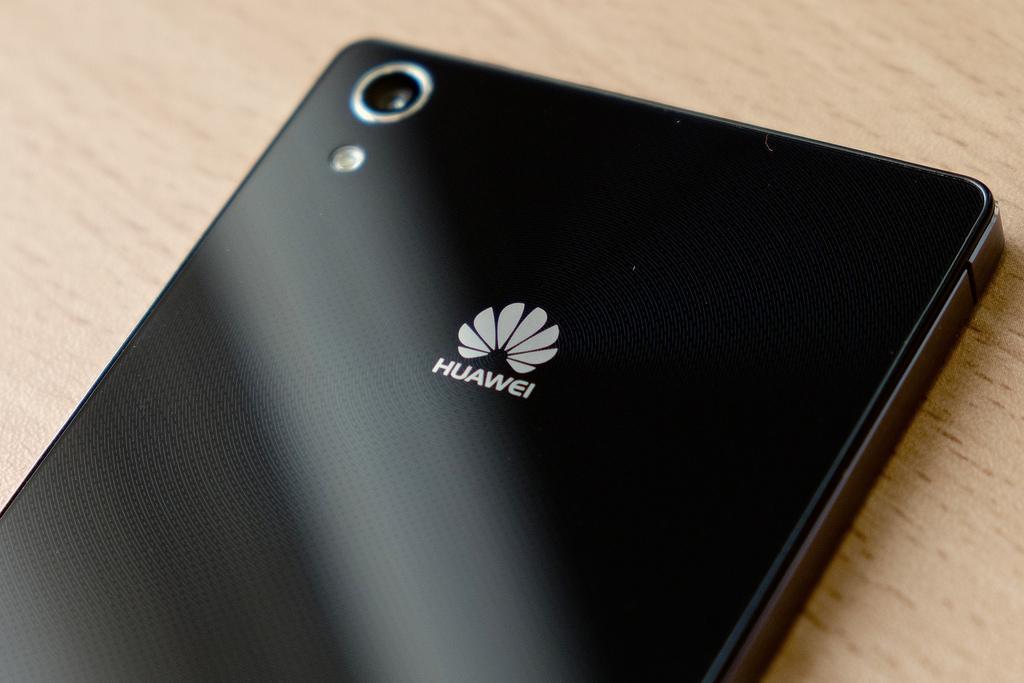 Huawei разрабатывает смартфон скамерой вэкране