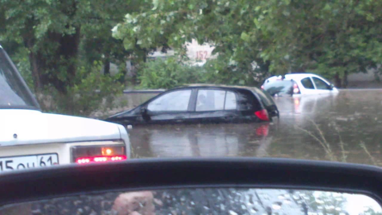 Асфальт невыдержал мощного потока воды после ливня вНовочеркасске