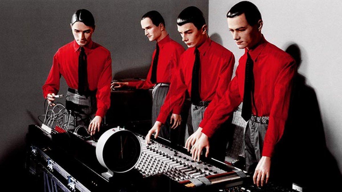 Kraftwerk исполнили «Spacelab» вместе састронавтом, находящимся наорбите