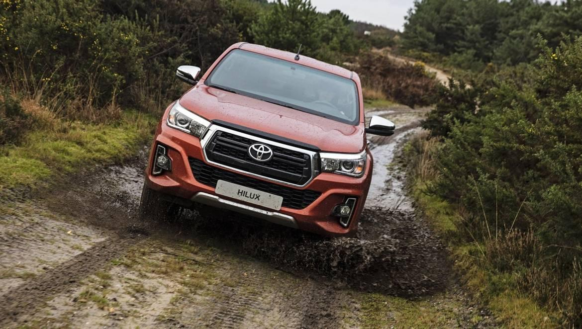 1532614485_toyota-hilux-exclusive-2018-action