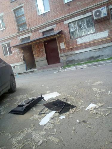В Свердловской области разгневанный болельщик выбросил телевизор из окна
