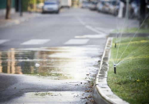 В Вологодской области после урагана на улице забил кипящий фонтан