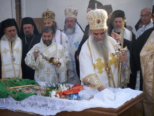 РПЦ разрешила священникам отпевать некрещёных младенцев