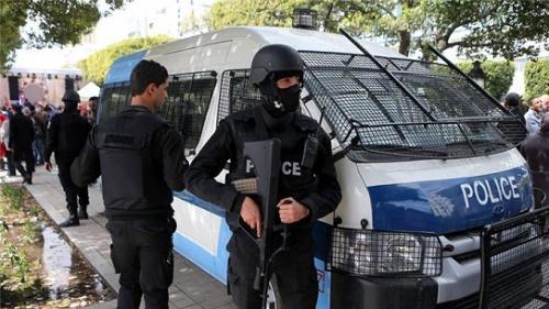 «Кузница кадров» для терроризма: человек с ножом напал на полицейских в туристической зоне Туниса