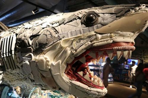 «Мусорное искусство»: Fквариумы Нового Орлеана украсили скульптурами из отходов