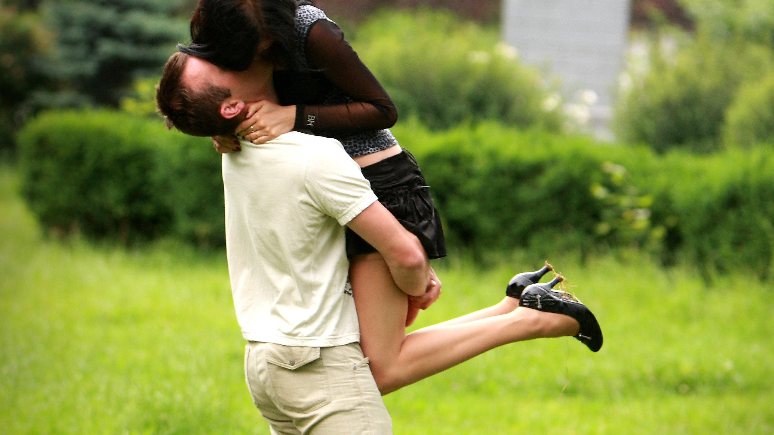 В англии занимаются сексом прямо в парке