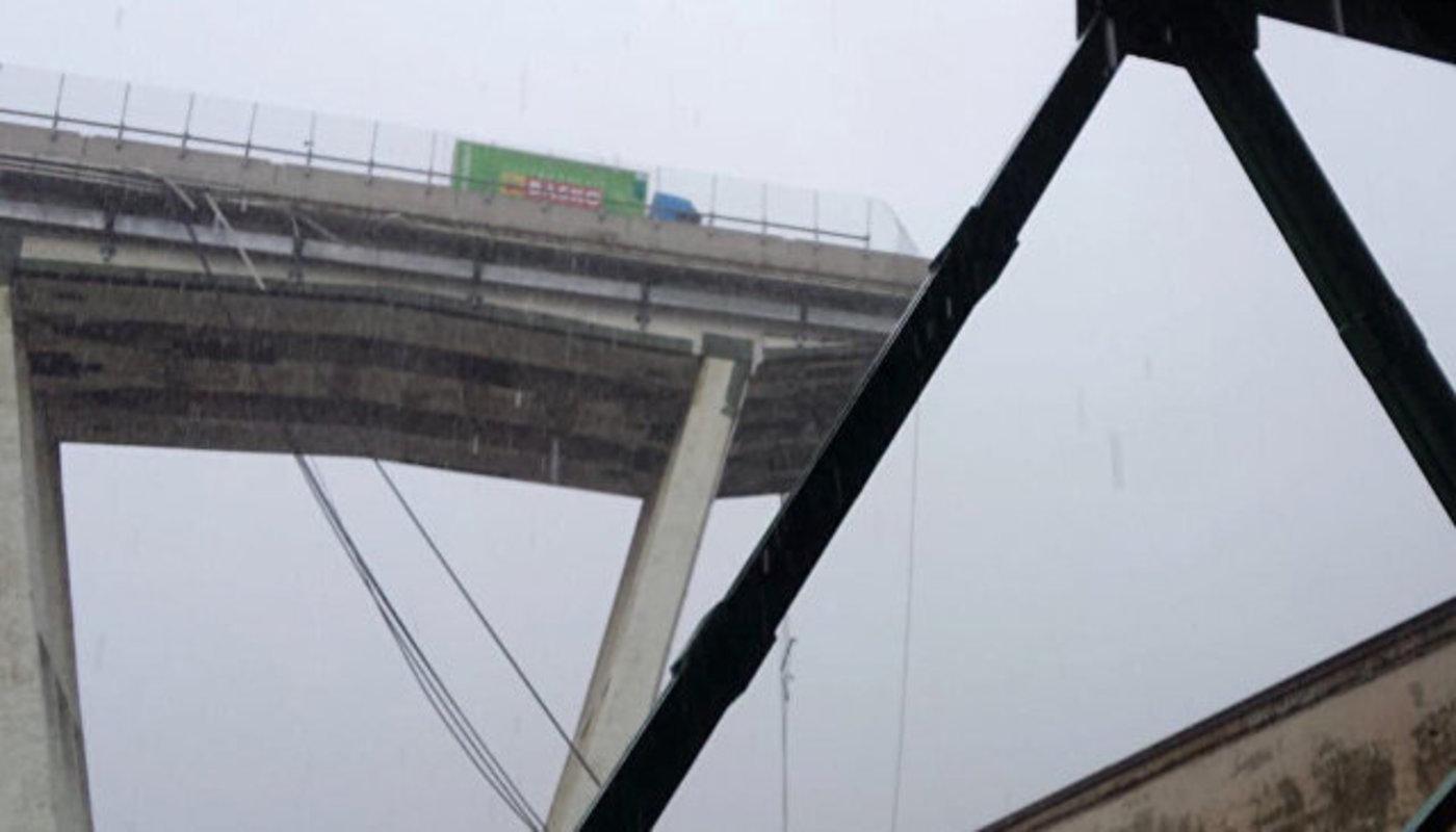 Власти Генуи: Под завалами обвалившейся части моста могут оставаться люди