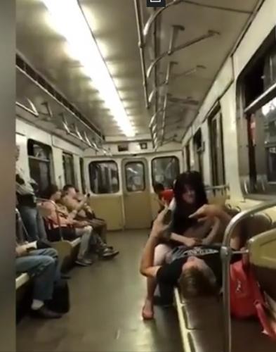 pristal-v-metro-onlayn-kureznie-porno-roliki