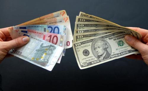 Снизились курсы доллара и евро на 1,42 рубля