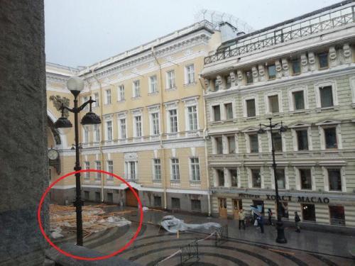 В Санкт-Петербурге сильный ветер сдул крышу со здания на Дворцовой площади
