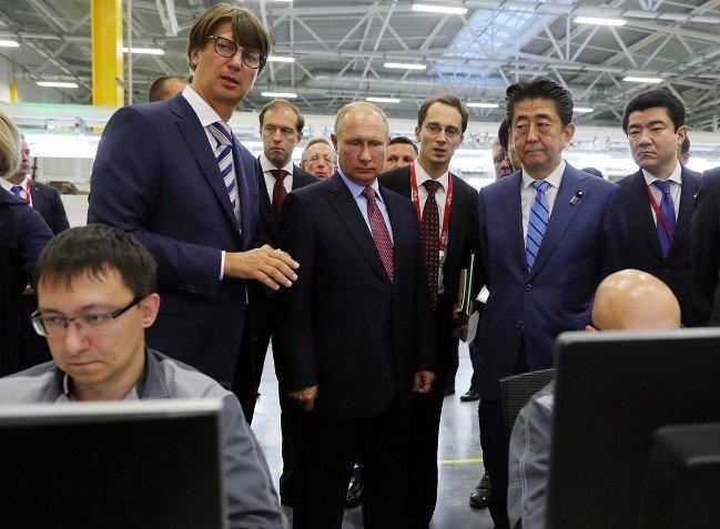 Путин иАбэ оставили подписи напервом двигателе завода «Мазда Соллерс»