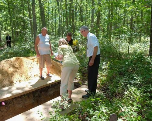 В лесу под Киевом обнаружены гробы и раскопанные могилы
