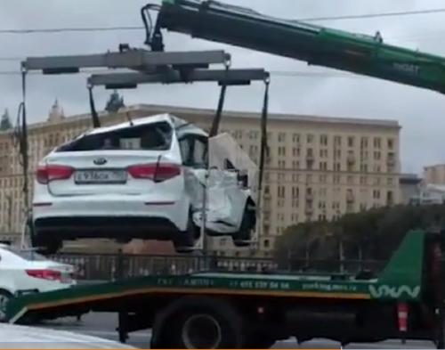 В ДТП на Новоарбатском мосту в Москве пострадал человек