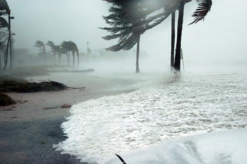 Повышение температуры океана увеличит число ураганов - Ученые