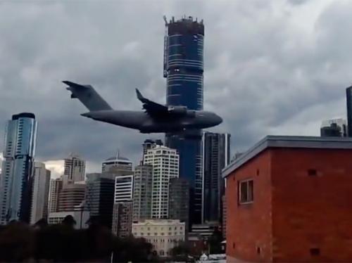 Австралийцев напугал самолет, пролетевший между небоскребами
