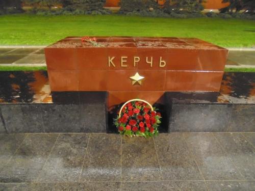 В Александровском саду Москвы возлагают цветы в память о погибших в Керчи