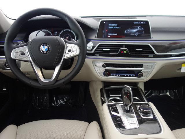 БМВ  раскрыл экономичную версию гибридного седана 7-Series