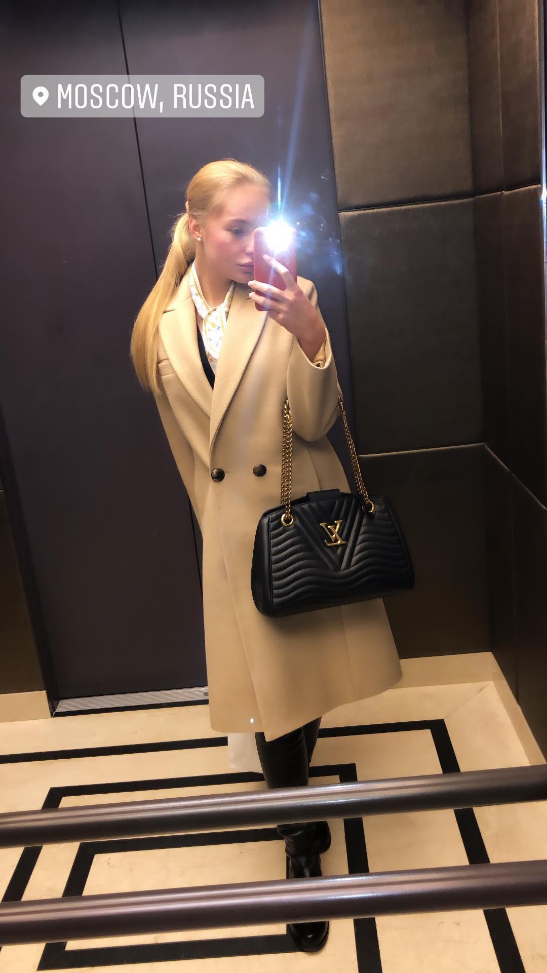 21-летняя дочь Дмитрия Пескова похвасталась сумочкой Louis Vuitton ... 18c675abfa7d8