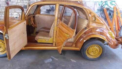 В Перу плотник построил деревянный Volkswagen Beetle на день рождения своей дочери