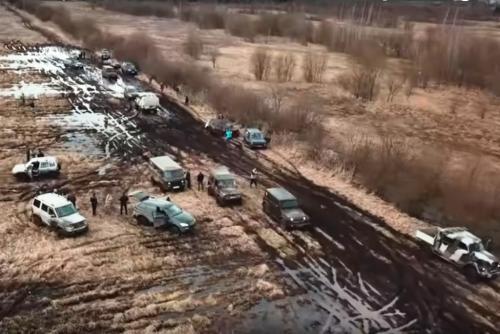 Испытание грязью: Военную технику и «мажорные» внедорожники сравнили в действии