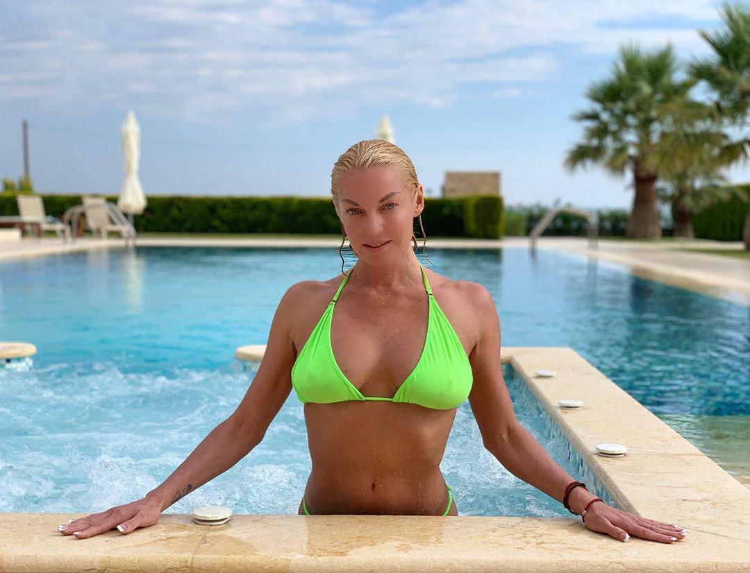 действительно российские знаменитости в сексуальном купальнике меня отдалились